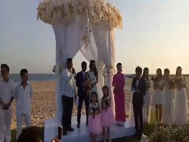 Đám cưới trên bãi biển của người đẹp 'Dốc tình' với chồng Ấn Độ