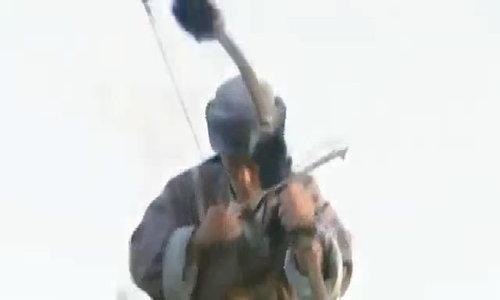 """Lý Á Bằng bắn chim trong """"Anh hùng xạ điêu"""""""
