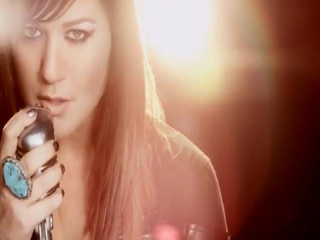 Kelly Clarkson hát 'Stronger'