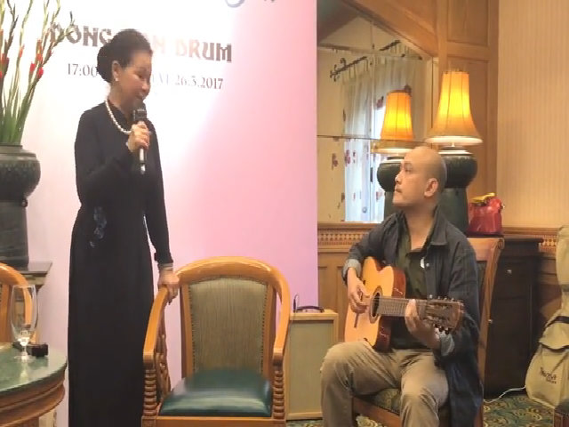 "Khánh Ly ngẫu hứng hát ""Ướt mi"""