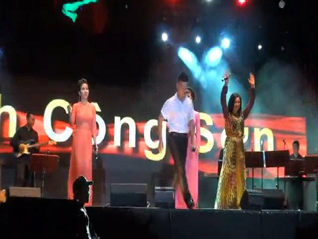 Hàng chục nghìn người cùng hát 'Nối vòng tay lớn'