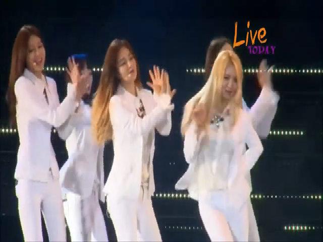 Hoàng Thùy Linh biểu diễn trong đêm nhạc có SNSD, Leeteuk (SuJu)