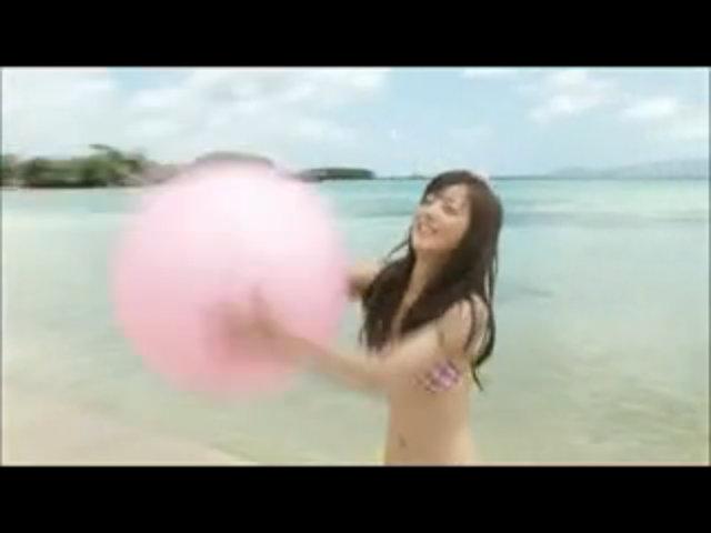 Nozomi Sasaki chụp ảnh với bikini