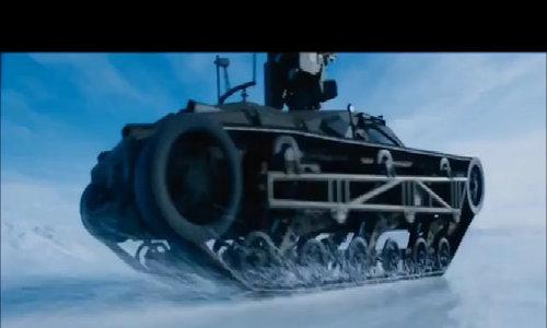 Chiếc xe tăng lao băng băng trên tuyết