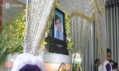 Hàng trăm người đội mưa đến đưa tiễn NSƯT Thanh Sang về nơi yên nghỉ