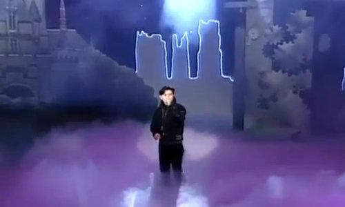 Kim Min Jong hát live trên sân khấu năm 1992