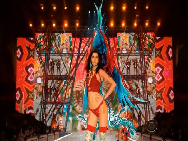Khoảnh khắc catwalk của Kendall Jenner 2016
