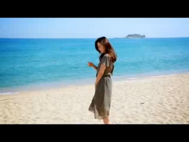 Son Ye Jin tạo dáng trên biển