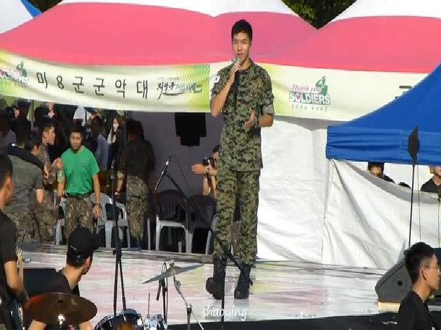 Lee Seung Gi hát 'Because you're my woman' trong sự kiện của quân đội