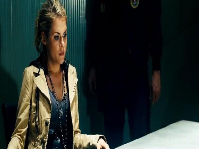 Mỹ nhân Rachael Taylor bị thẩm vấn trong phim