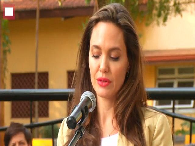 Angelina Jolie trang điểm trẻ trung khi tới Kenya