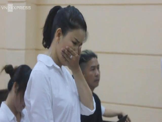 Ngọc Trinh khóc nghẹn ở tòa