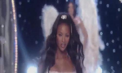 Vẻ nóng bỏng của Naomi Campbell khi trình diễn nội y