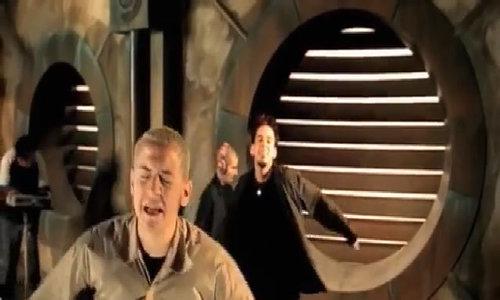 "Chester Bennington hát ""In The End"""