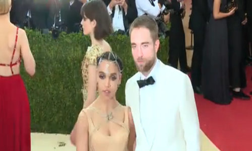 Robert Pattinson nói về chuyện đính hôn FKA Twigs