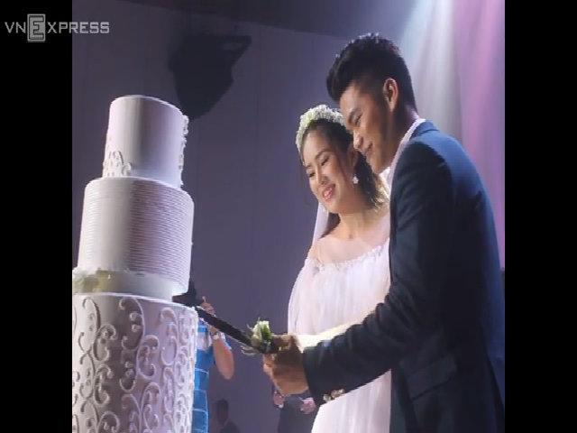 Chồng trẻ cùng Lê Phương cắt bánh cưới