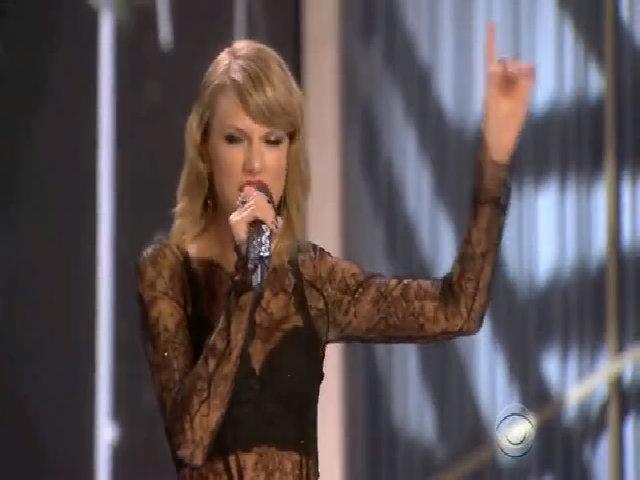 """Taylor Swift hát """"Style"""" tại Victoria's Secret show năm 2014"""