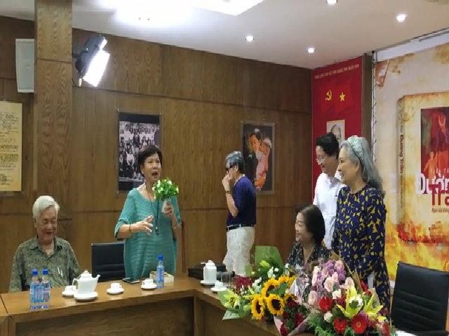 Đạo diễn Việt Linh tặng hoa tác giả tự truyện 'Đường trần'