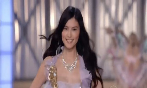 Hà Tuệ diễn Victoria's Secret