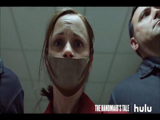 """Loạt phim """"The Handmaid's Tale"""" có nhiều cảnh nhạy cảm"""