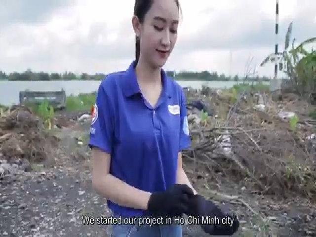 Hà Thu dọn rác, cùng sinh viên lắp máy lọc nước