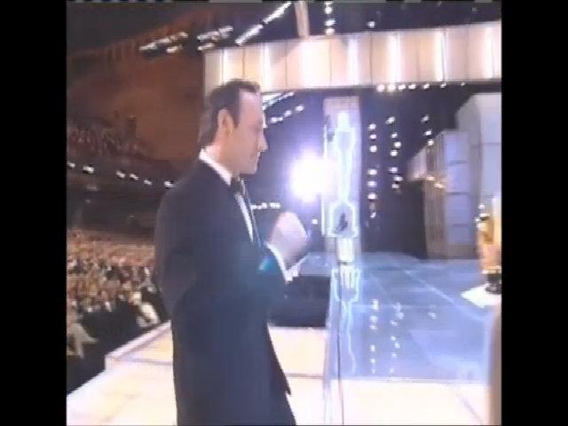 "Kevin Spacey nhận Oscar năm 2000 với ""American Beauty"""