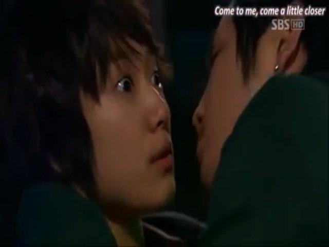 Cảnh hôn hài hước của Jang Geun Suk và Park Shin Hye