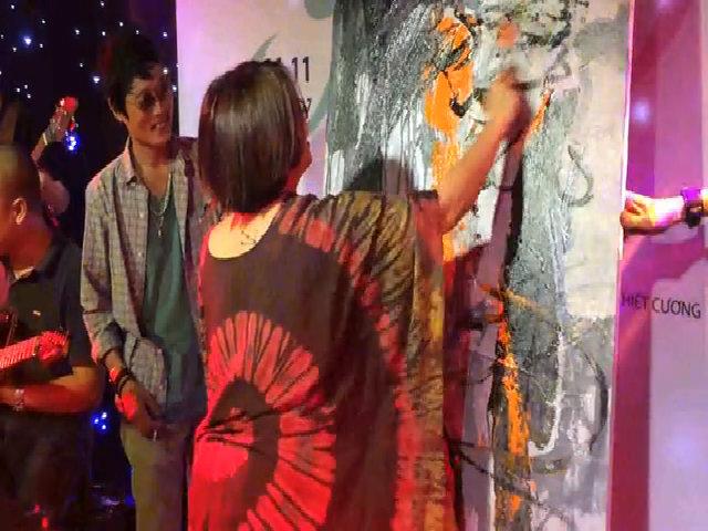 Nhóm họa sĩ Việt ngẫu hứng vẽ tranh trên nền nhạc Rock.