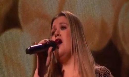 Kelly Clarkson biểu diễn mở màn AMAs cùng Pink