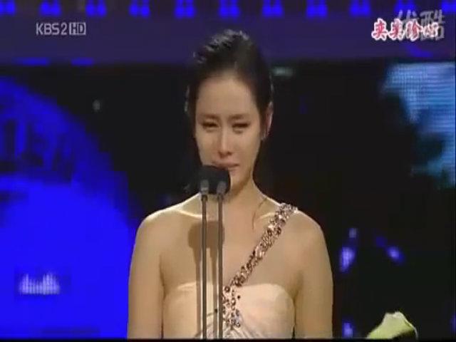 Son Ye Jin khóc khi nhận Ảnh hậu 2008