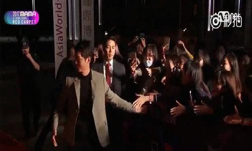 Joong Ki giao lưu với fan trên thảm đỏ