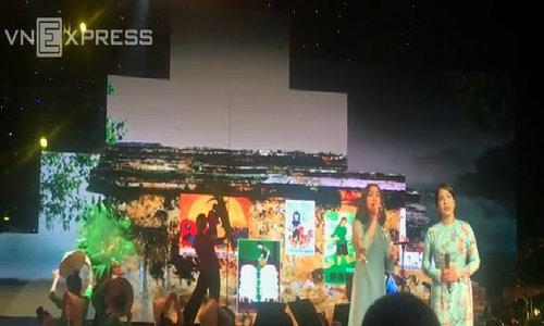 Mỹ Anh hòa giọng cùng Mỹ Linh trên sân khấu