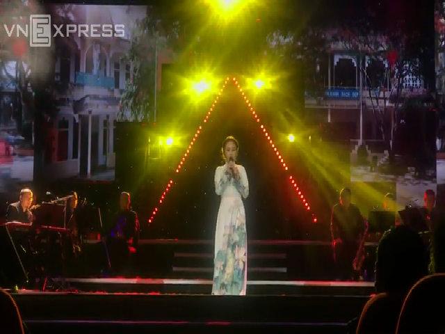 Thanh Lam hát cùng con gái trên sân khấu