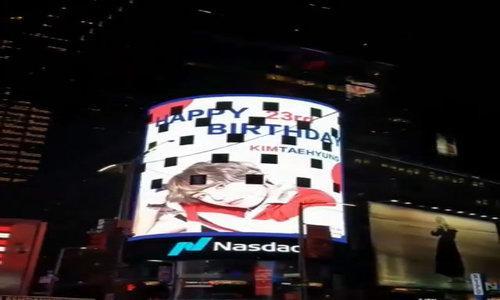 Thông điệp mừng sinh nhật V tại Quảng trường Thời đại