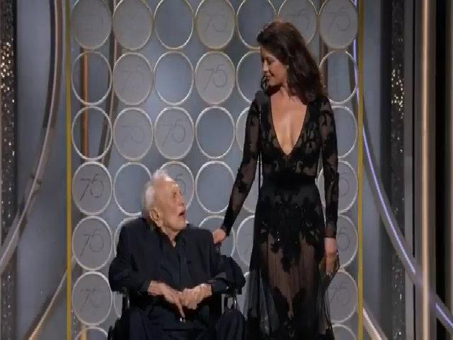 Catherine Zeta-Jones lên sân khấu với bố chồng Kirk Douglas