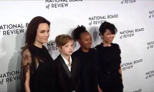 Mẹ con Angelina Jolie trên thảm đỏ