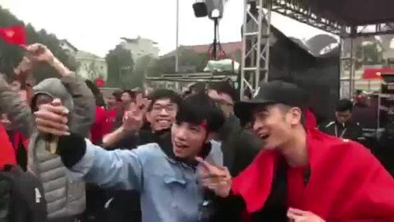 Slim V xem chung kết cùng sinh viên Đại học Bách khoa Hà Nội