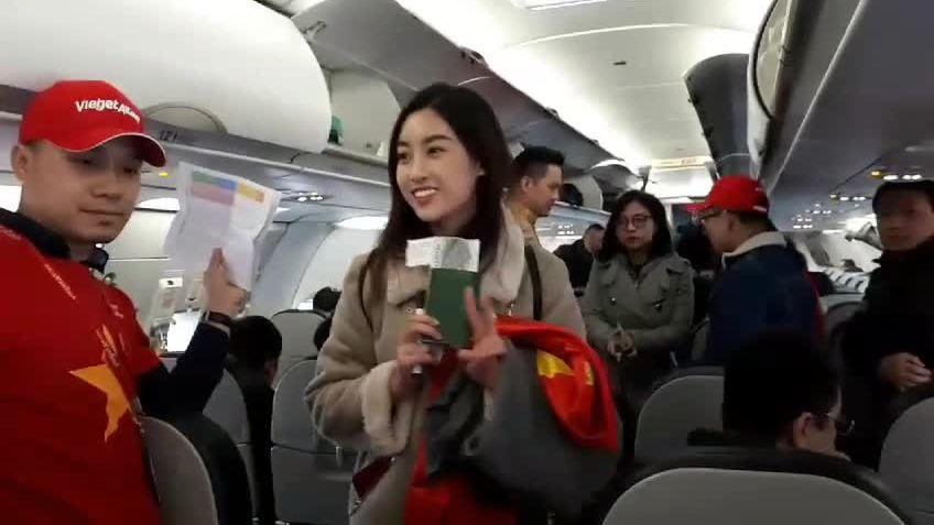 Hoa hậu Mỹ Linh bay cùng đội tuyển U23 Việt Nam