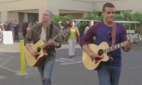 Mark Salling đàn và hát trong 'Glee'
