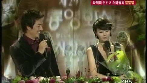 Bi Rain tặng hoa cho Kim Hye Soo tại Rồng Xanh năm 2008