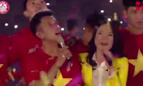 Mỹ Tâm được tặng son khi hát cùng U23 Việt Nam