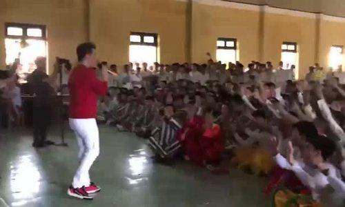 Đàm Vĩnh Hưng hát trước hàng trăm phạm nhân