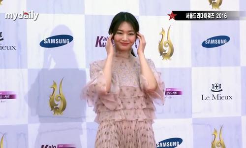 Shin Min Ah khoe dáng trong lễ trao giải