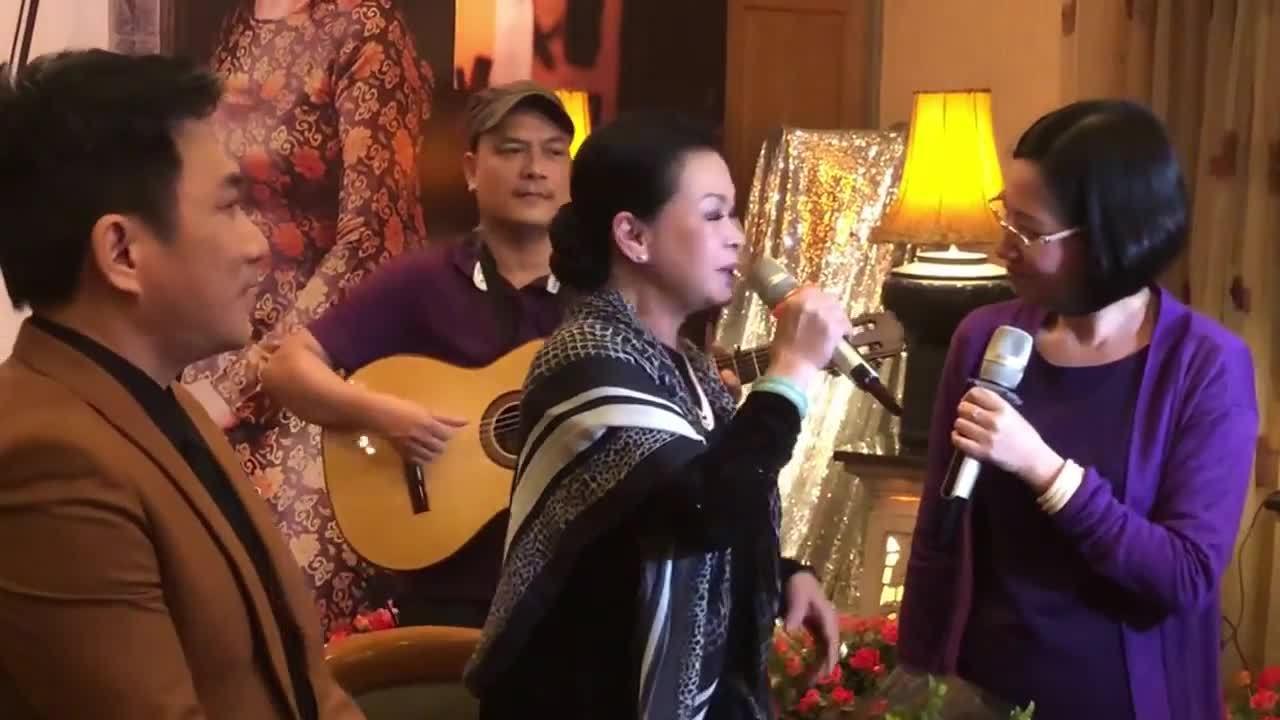 Khánh Ly cùng Quang Thành hát 'Hãy yêu nhau đi'