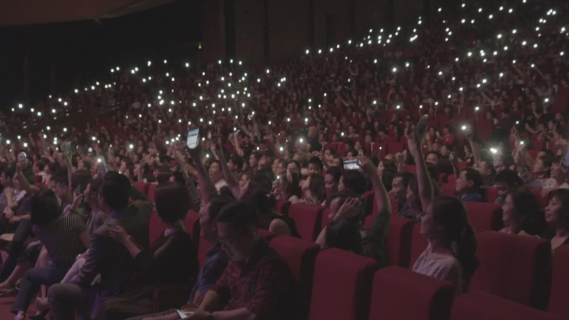 Khán giả Hà Nội bật đèn flash cổ vũ Modern Talking