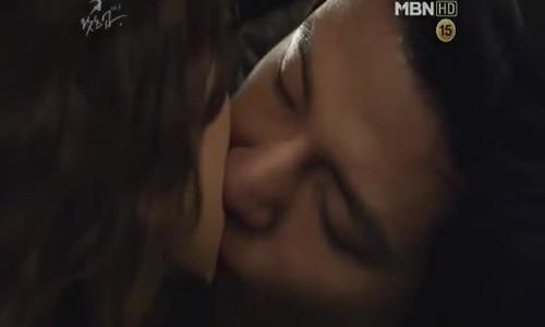 """Nụ hôn đầu của Kim Ji Won trong """"Tỏa sáng ước mơ"""""""