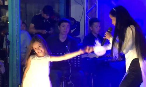 Con gái sáu tuổi nhảy phụ họa cùng Hồng Nhung