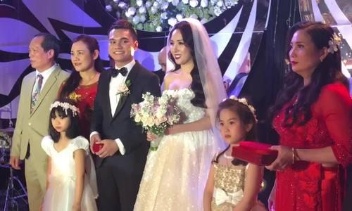Khắc Việt hát mời cô dâu lên sân khấu