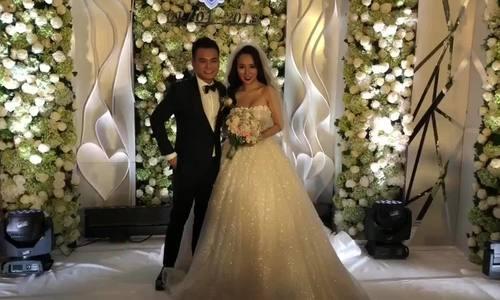 Khắc Việt và vợ rạng rỡ trong ngày cưới