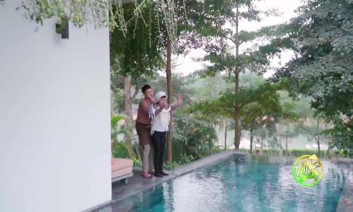 Kiều Minh Tuấn cõng vợ